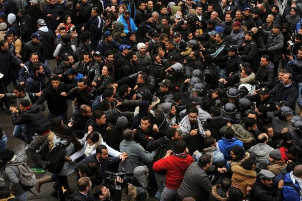 مواجهات بين متظاهرين والامن في العاصمة التونسية في 12 يناير 2018