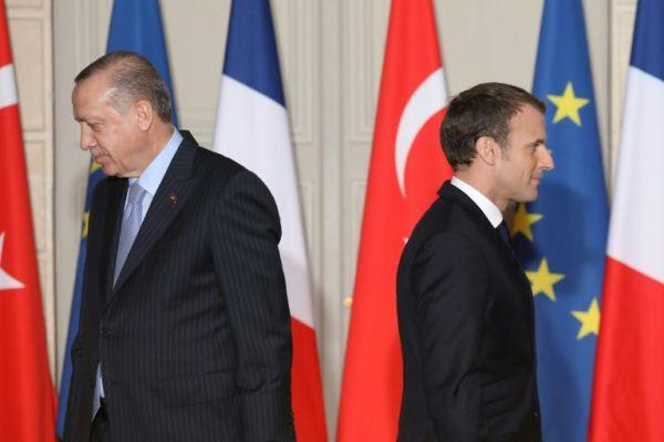 ماكرون وأردوغان بعيد انتهاء المؤتمر الصحافي في الاليزيه في 5 يناير 2018