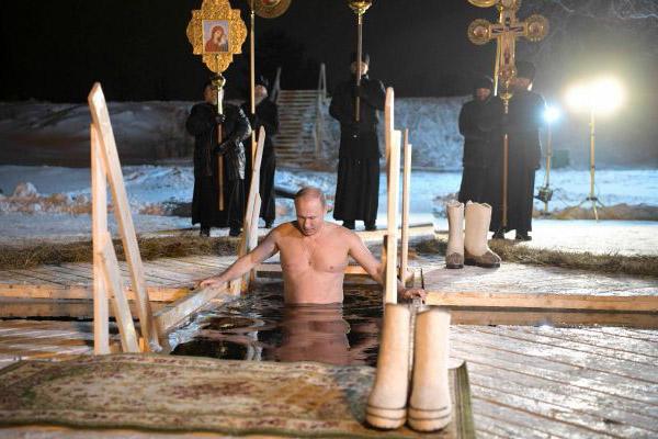 بوتين في بحيرة متجمدة