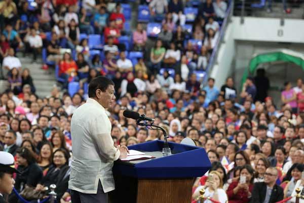 دوتيرتي يهدد بحظر عمل الفلبينيات في الشرق الأوسط