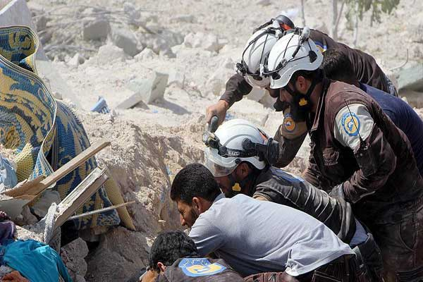 محاولة إنقاذ مدنيين من تحت الأنقاض إثر غارات روسية على إدلب