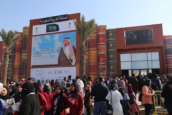 الجناح السعودي في معرض القاهرة للكتاب يحظى بإقبال كبير
