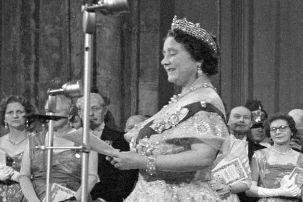 إليزابيث الثانية تلقي خطابًا