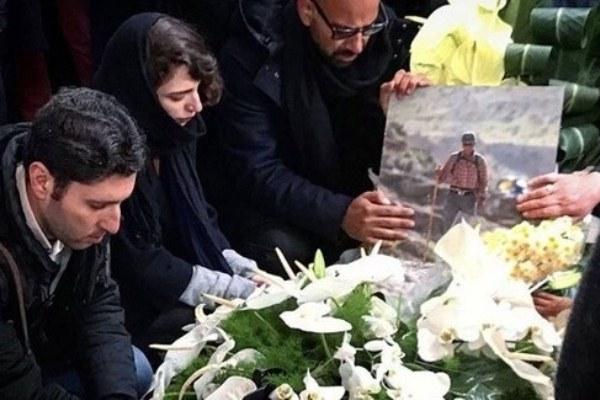 أسرة الأستاذ الجامعي تتحلق حول جثمانه