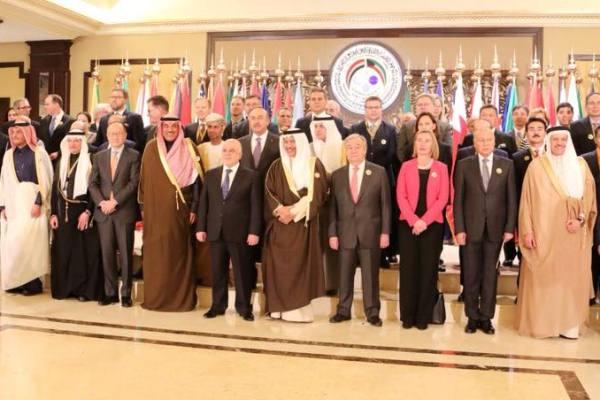 العبادي مع رؤساء الدول المشاركة في مؤتمر إعادة إعمار العراق في الكويت