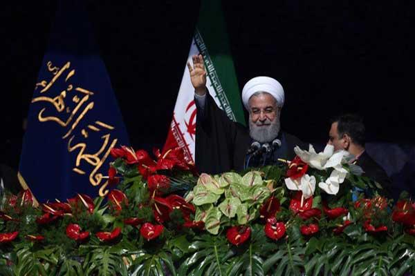 الرئيس الإيراني يحيي المتظاهرين قبل إلقاء خطابه
