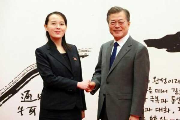 مصافحة بين الرئيس الكوري الجنوبي مون جاي إن وشقيقة الزعيم الكوري الشمالي كيم يو جونغ في سيول في 10 فبراير 2018