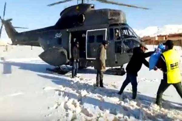 مروحة الدرك الملكي توزع المساعدات على المحاصرين بالثلوج في جبال المغرب