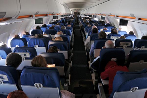 ركاب داخل الطائرة