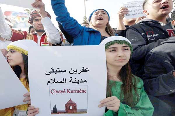 أكراد سوريون يتظاهرون في أربيل احتجاجًا على العملية التركية ضد عفرين (أ ف ب)