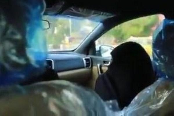 الفتاة العراقية تدلي باقوالها لمقدم برامج تلفزيونية بسيارته الخاصة
