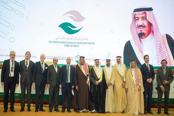 العاهل السعودي الملك سلمان يتوسط المشاركين في المنتدى خلال لقطة تذكارية