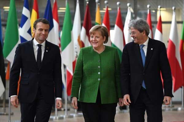 ماكرون وميركل وجنتيلوني لدى وصولهم إلى القمة غير الرسمية للاتحاد الأوروبي أمس في بروكسل