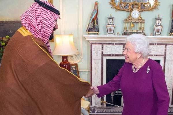 ملكة بريطانيا تصافح ضيفها الأمير محمد بن سلمان