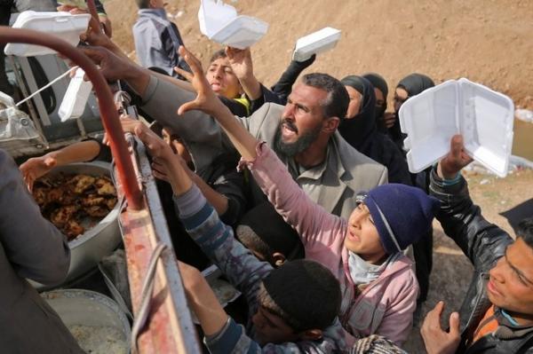 نازحون عراقيون يتلقون معونات غذائية