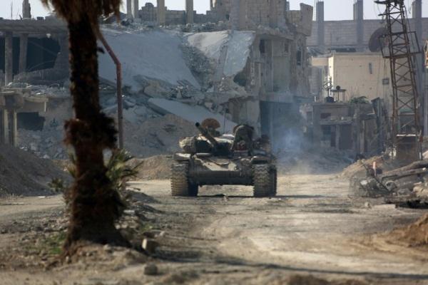 دبابة للجيش السوري في أحد بلدات الغوطة الشرقية قرب دمشق في 6 مارس