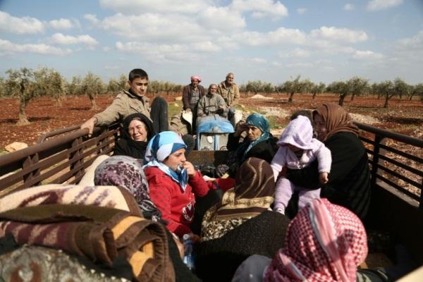 مدنيون سوريون يفرون من عفرين في 13 مارس