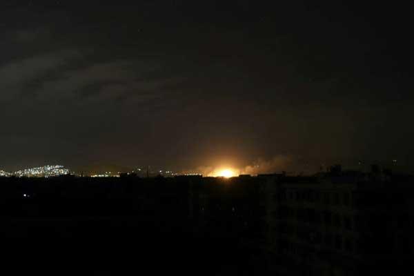 صورة التقطت ليل 10 مارس 2018 لانفجار على أثر قصف للقوات السورية لمدينة عربين في الغوطة الشرقية قرب دمشق