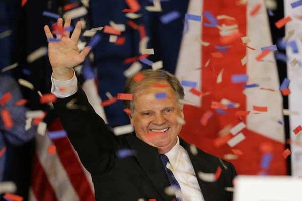 الديمقراطي دوغ جونز خلال انتخابات ولاية ألاباما الأميركية