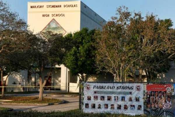 مقر مدرسة مارجوري ستونمان دوغلاس الثانوية في مدينة باركلاند في ولاية فلوريدا بتاريخ 27 فبراير 2018، وأمامه لافتة تحمل صور 17 شخصًا قتلوا في إطلاق نار نفذه تلميذ سابق في المدرسة في 14 فبراير
