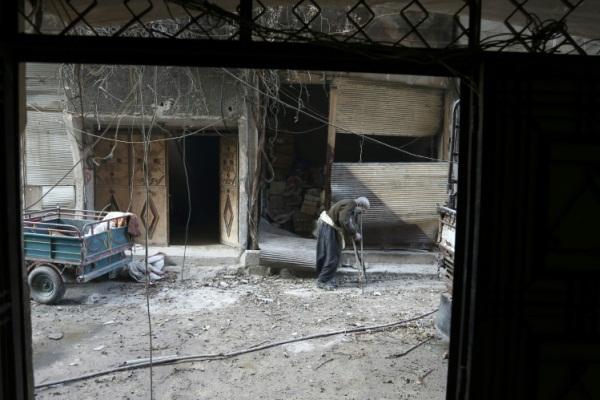 مسن سوري يبحث عن مكان آمن من القصف في بلدة حمورية في الغوطة