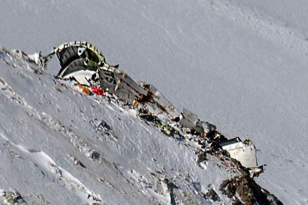 حطام طائرة سقطت في إيران الشهر الماضي