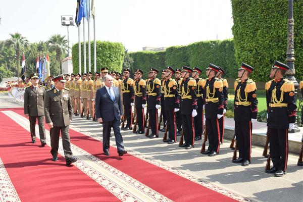 رئيس الوزراء الأردني ووزير الدفاع يزور مقر وزارة الدفاع المصرية