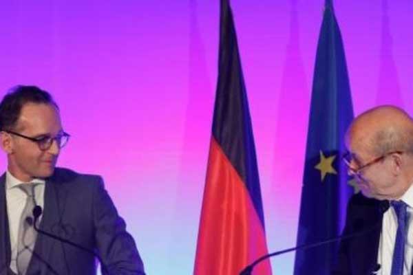 لودريان (يمين) خلال مؤتمر صحافي مشترك مع نظيره الألماني هيكو ماس