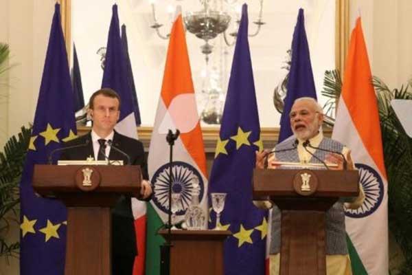 رئيس الوزراء الهندي ناريندرا مودي (يمين) والرئيس الفرنسي إيمانويل ماكرون خلال مؤتمر صحافي مشترك في نيودلهي في 10 مارس 2018