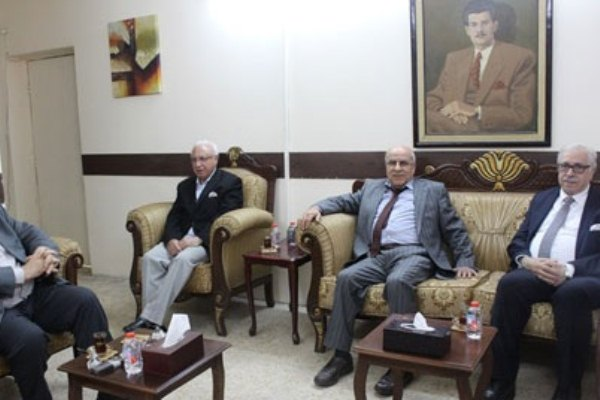 الشيخ راضي مجتمعًا مع قادة الحزب الشيوعي العراقي