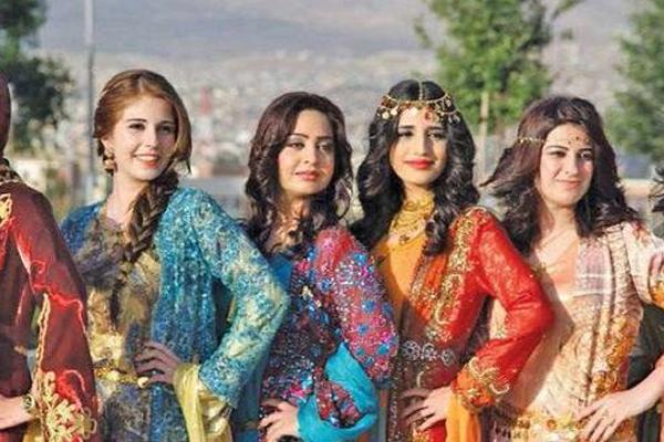 كرديات عراقيات يحتفلن بعيد نوروز بملابسهن الشعبية الزاهية