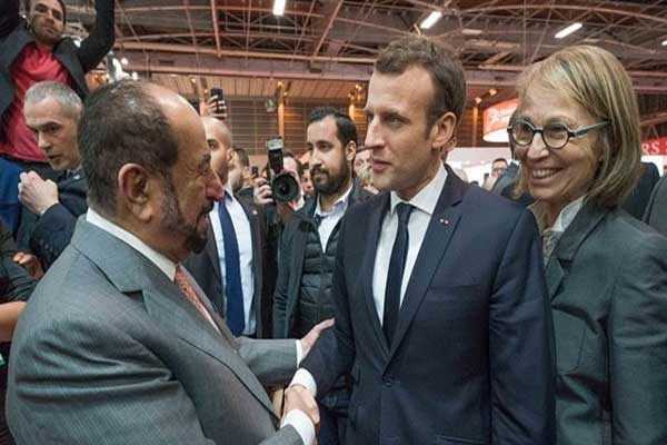 حاكم الشارقة مصافحًا الرئيس الفرنسي