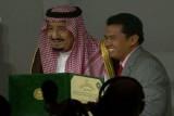 العاهل السعودي يسلم الفائزين جائزة الملك فيصل العالمية