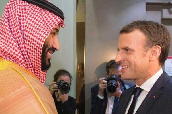 الأمير محمد بن سلمان مستقبلا ماكرون في الرياض في وقت سابق