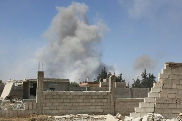 دخان يتصاعد من دوما آخر معقل لفصائل المعارضة السورية المسلحة في الغوطة