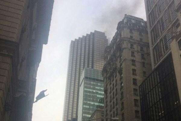 دخان يتصاعد من برج ترمب في نيويورك في الثامن من أبريل 2018