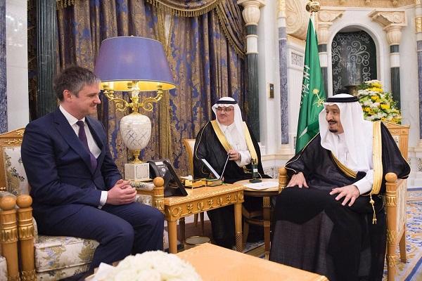 العاهل السعودي الملك سلمان بن عبد العزيز خلال استقباله النائب جون وودك