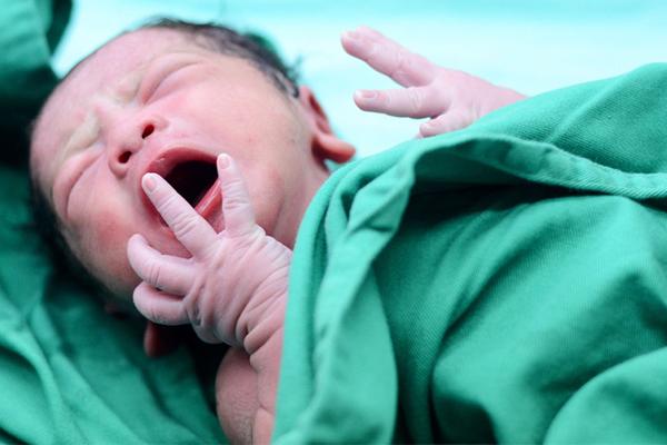 ولادة طفل بعد وفاة والديه