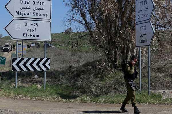 جندي إسرائيلي ضمن دورية تحرس قرب الحدود مع سوريا