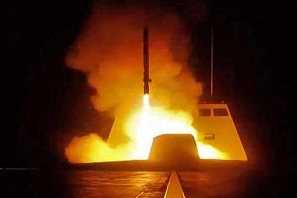 صاروخ لحظة انطلاقه من مدمرة أميركية