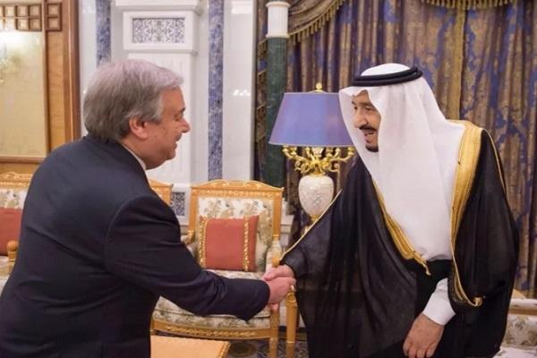 العاهل السعودي الملك سلمان بن عبد العزيز خلال استقباله غوتيريس