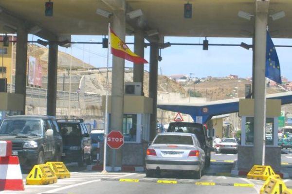 المعبر الحدودي باب سبتة الفاصل بين المغرب وإسبانيا
