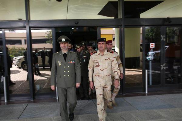 وزير الدفاع الايراني لدى وصوله الى بغداد