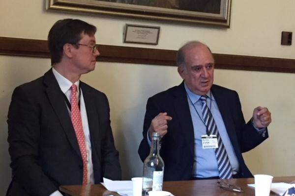 البروفيسور طارق حجي متحدثا والى جانبه النائب البريطاني جوناثان لورد - تصوير إيلاف