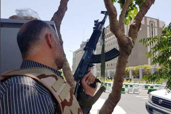 رجل امن ايراني خلال محاصرة المهاجمين داخل البرلمان