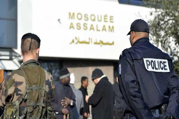 شرطي أمام مسجد في فرنسا