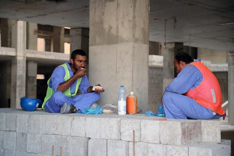 عمال أجانب في قطر يشكون أوضاعهم المزرية