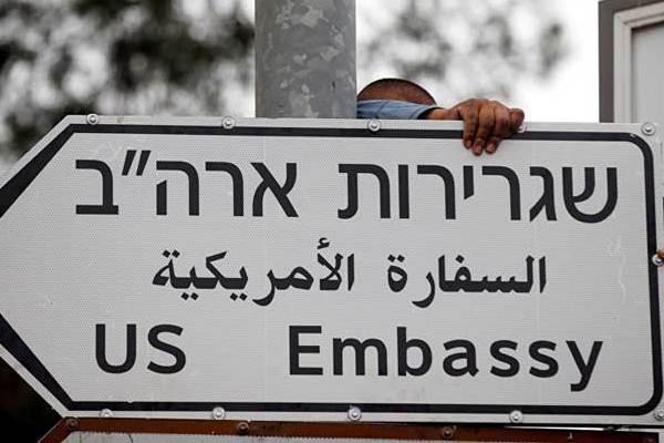 لافتة باسم السفارة الأميركية بالعبرية والإنكليزية والعربية