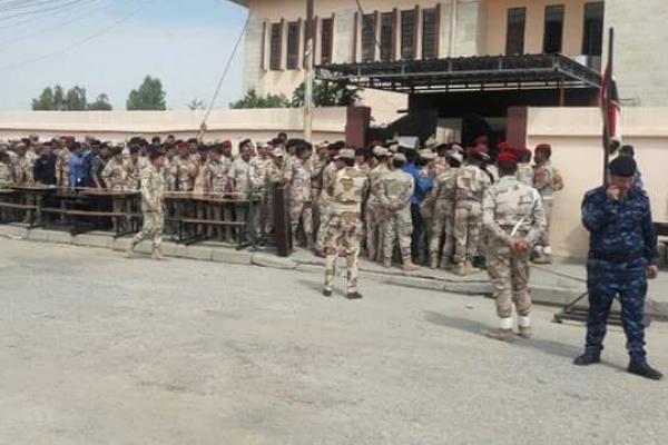 عسكريون عراقيون يدلون بأصواتهم في مدينة الموصل