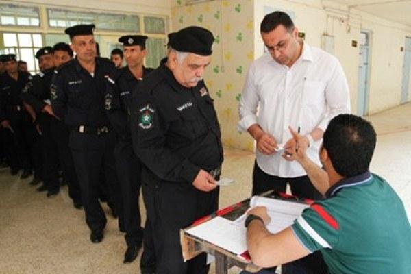 عسكريون عراقيون يدلون بأصواتهم